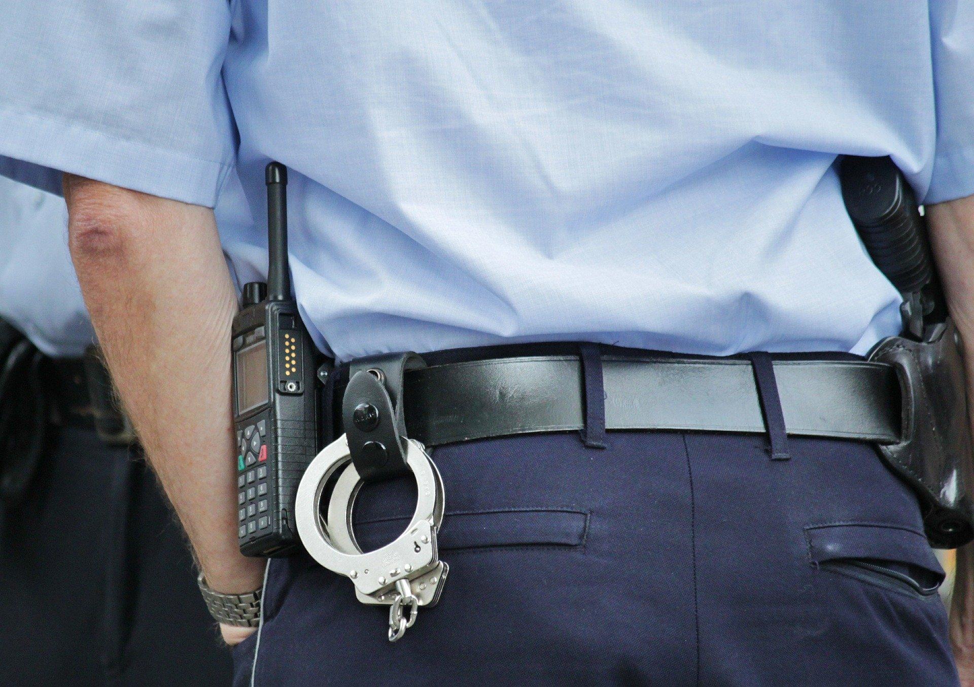 """Warum hocken sich Polizeibeamte bei der Festnahme auf den """"Täter"""" drauf?"""
