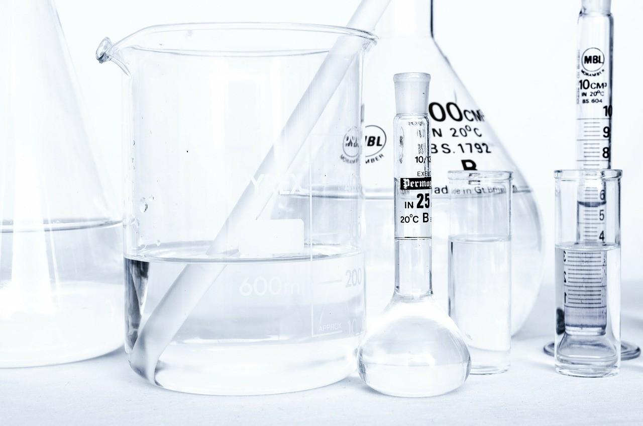 Die meisten in der Medizin eingesetzten Opioid-Pharmaka sind reine Agonisten, Beispiele sind Tramadol, Pethidin, Codein, Piritramid, Morphin, Levomethadon, Diethylthiambuten, Ketobemidon sowie die starken Analgetika Fentanyl, Alfentanil, Remifentanil und Sufentanil.