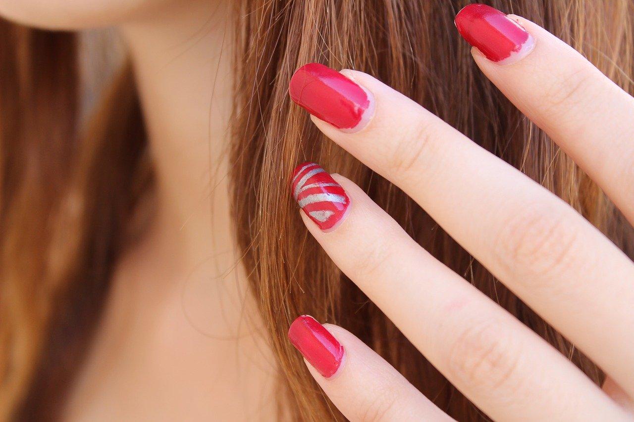 Kann man Nagellack auf Gelnägel auf-lackieren?